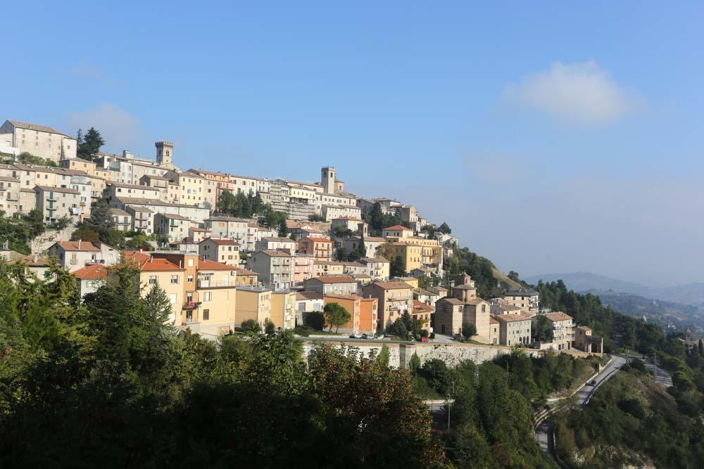 panorama del borgo di Arcevia - itinerario in moto nelle marche