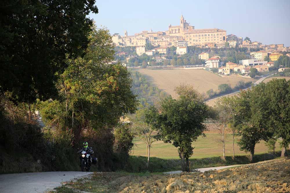 moto su strada con panorama borgo - itinerario in moto nelle Marche