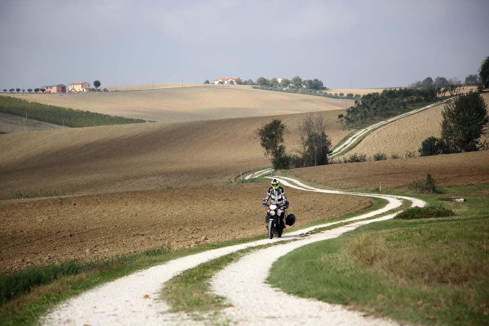 moto lungo strada bianca - itinerario nelle Marche